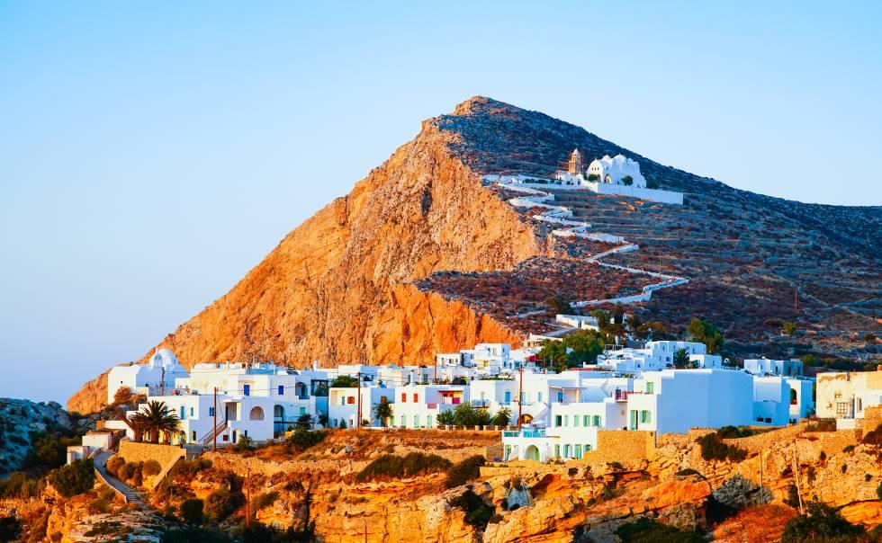 La ciudad de Chora, en la isla de Folégandros. En lo alto de la colina, la iglesia de la Virgen, un enclave para ver el atardecer.