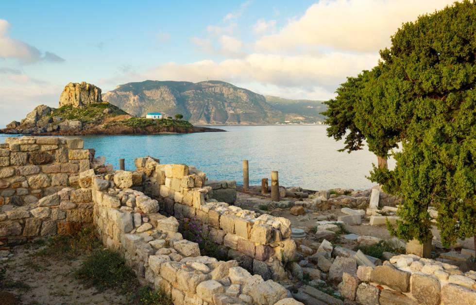 Ruinas griegas y la pequeña isla de Kastri, con una iglesia ortodoxa tradicional, en la bahía de Kefalos.