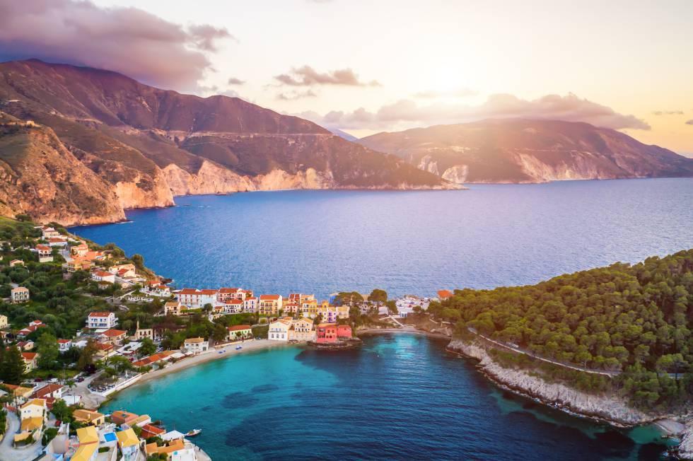 Atardecer con vistas al pueblo griego de Assos, en la isla de Ítaca.