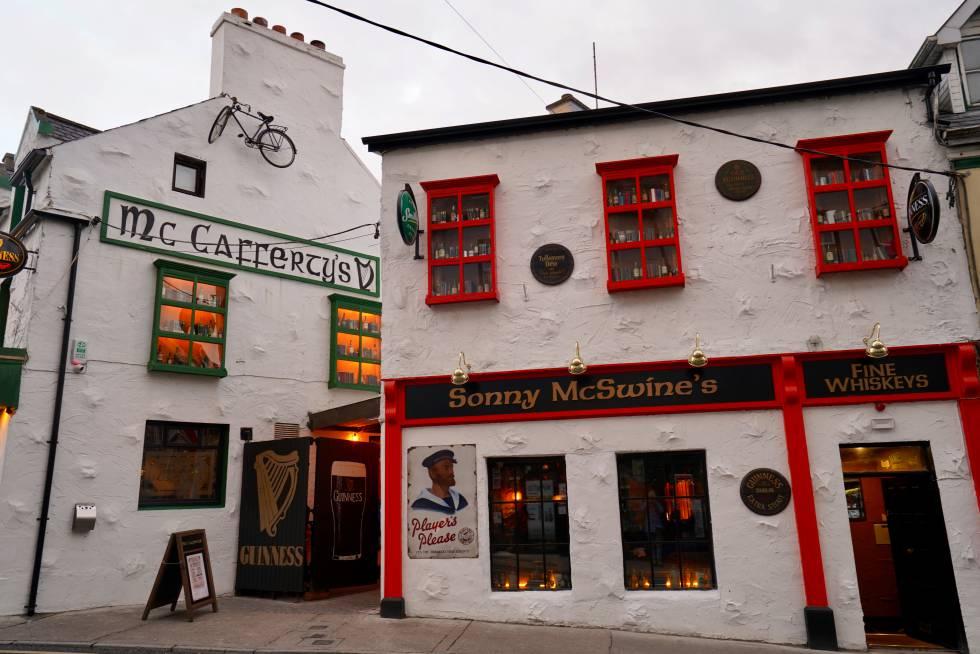 Dos bares en la ciudad irlandesa de Donegal.