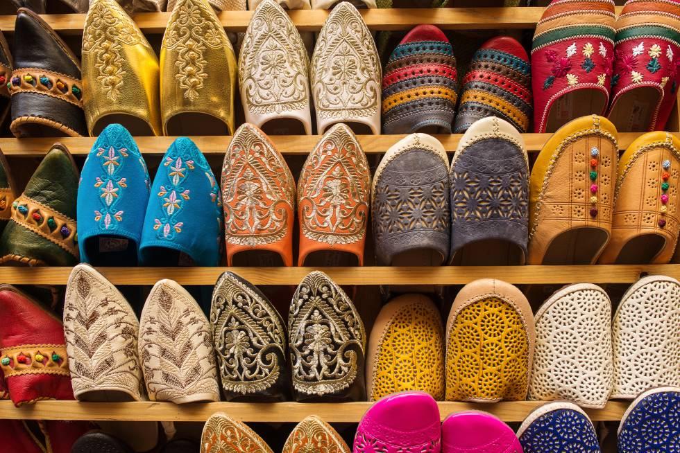 Puestos de especias, cerámica y babuchas se multiplican en Fez el Bali, la medina donde se concentran algunos de los edificios más importantes de la ciudad marroquí.