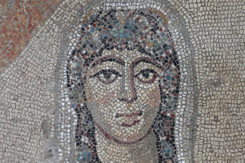 Detalle del mosaico de la villa romana de Noheda (Guadalajara) que representa a Helena de Troya en el momento de ser raptada por Paris.