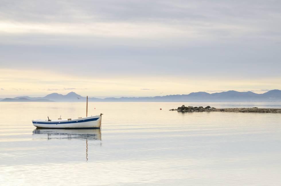 El Mar menor, en Murcia, cuyas encañizadas trazan una ruta de agua y aves.