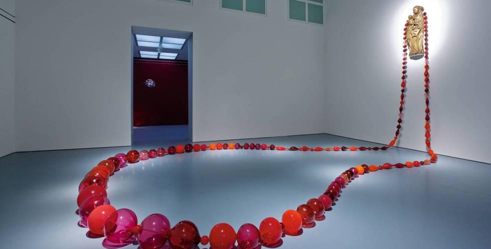 La obra 'Red Roosenary' (2008), de la artista holandesa Maria Roosen, en una de las salas de la nueva sede de la Colección Roberto Polo en Toledo.