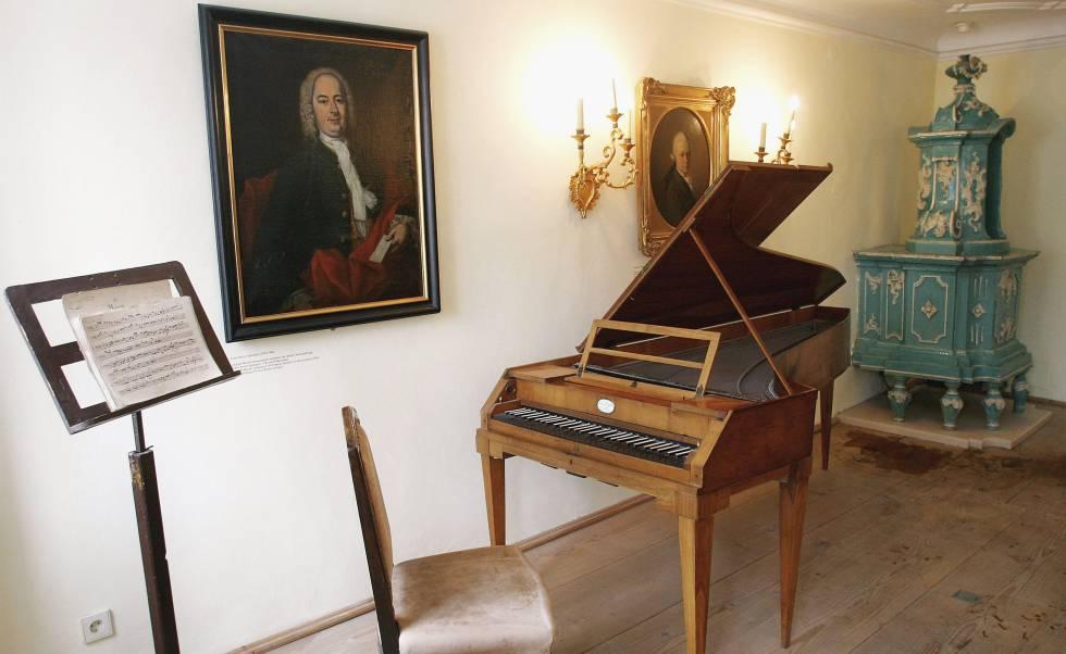 Interior de la casa donde nació Mozart. Junto a un pequeño piano de cola cuelga el retrato del padre del genial músico,Leopold Mozart