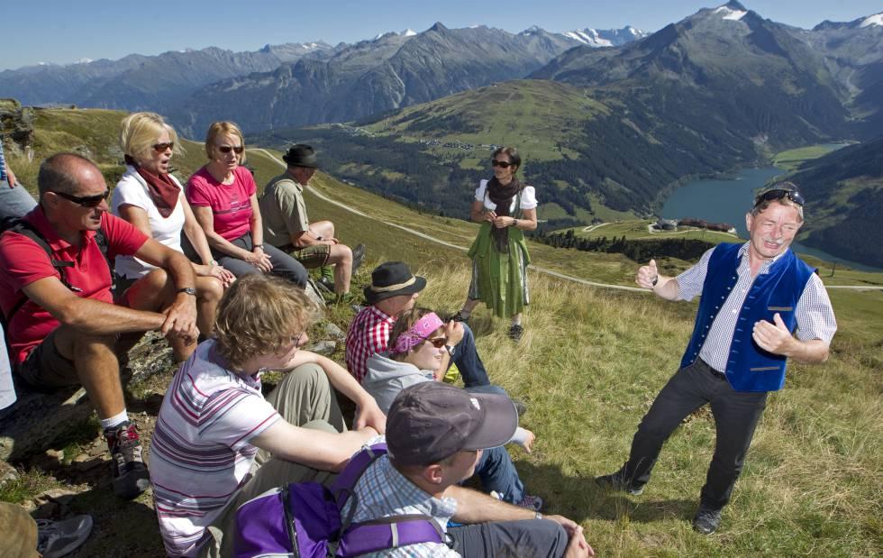Un grupo de personas participan en un taller de canto en las montañas que rodean Salzburgo, el mismo escenario natural inmortalizado en la célebre 'Sonrisas y lágrimas' (1965)