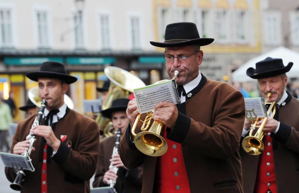 Una banda de músicos ameniza en las calles de Salzburgo el inicio del Festival de Música que se celebra todos los veranos.