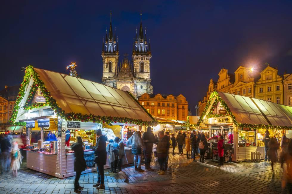 Mercado de Navidad frente a la iglesia de Tyn, en la plaza de la Ciudad Vieja de Praga.
