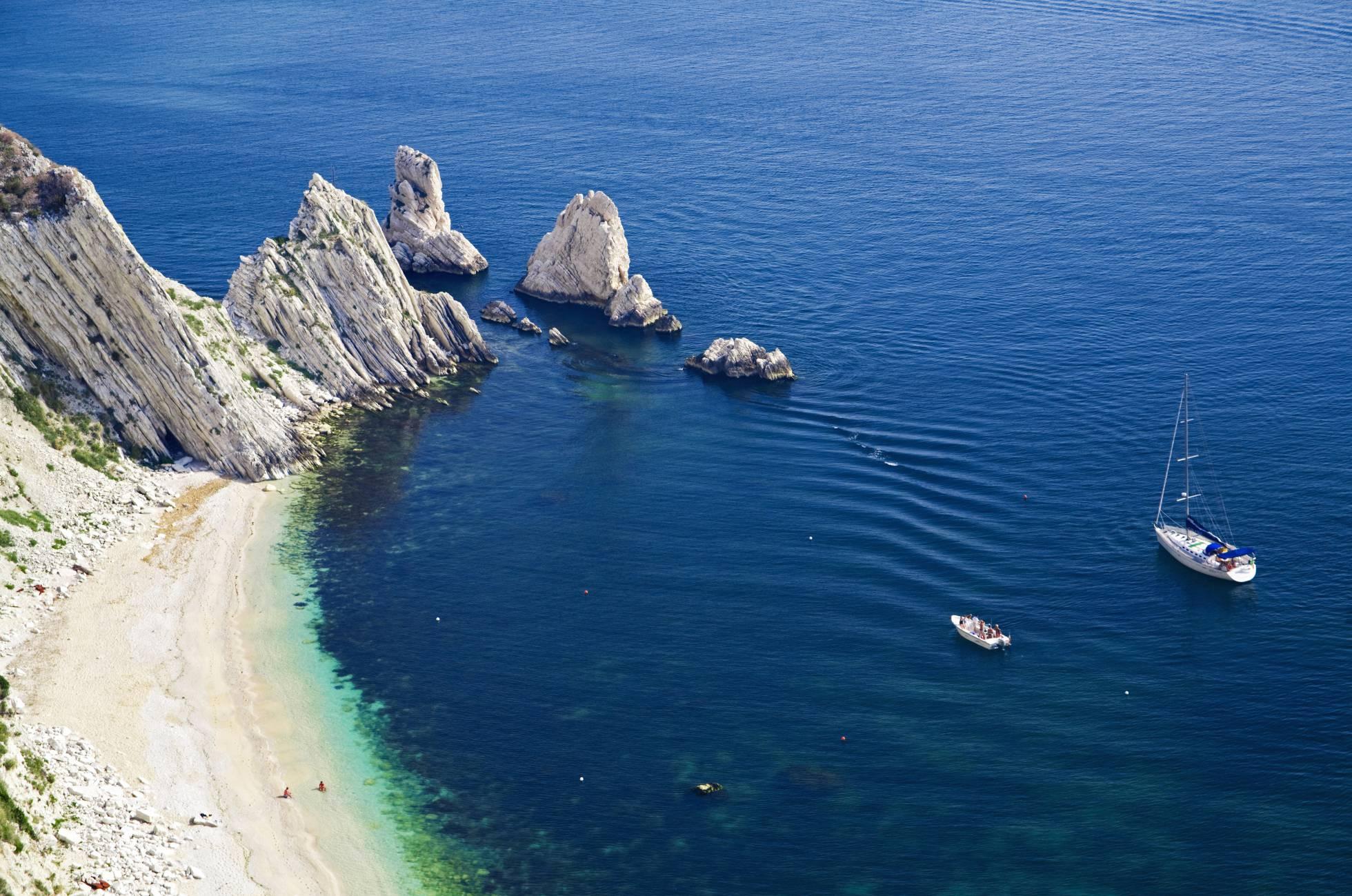 Praia das Duas Irmãs em Sirolo, perto do porto de Ancona (Itália).