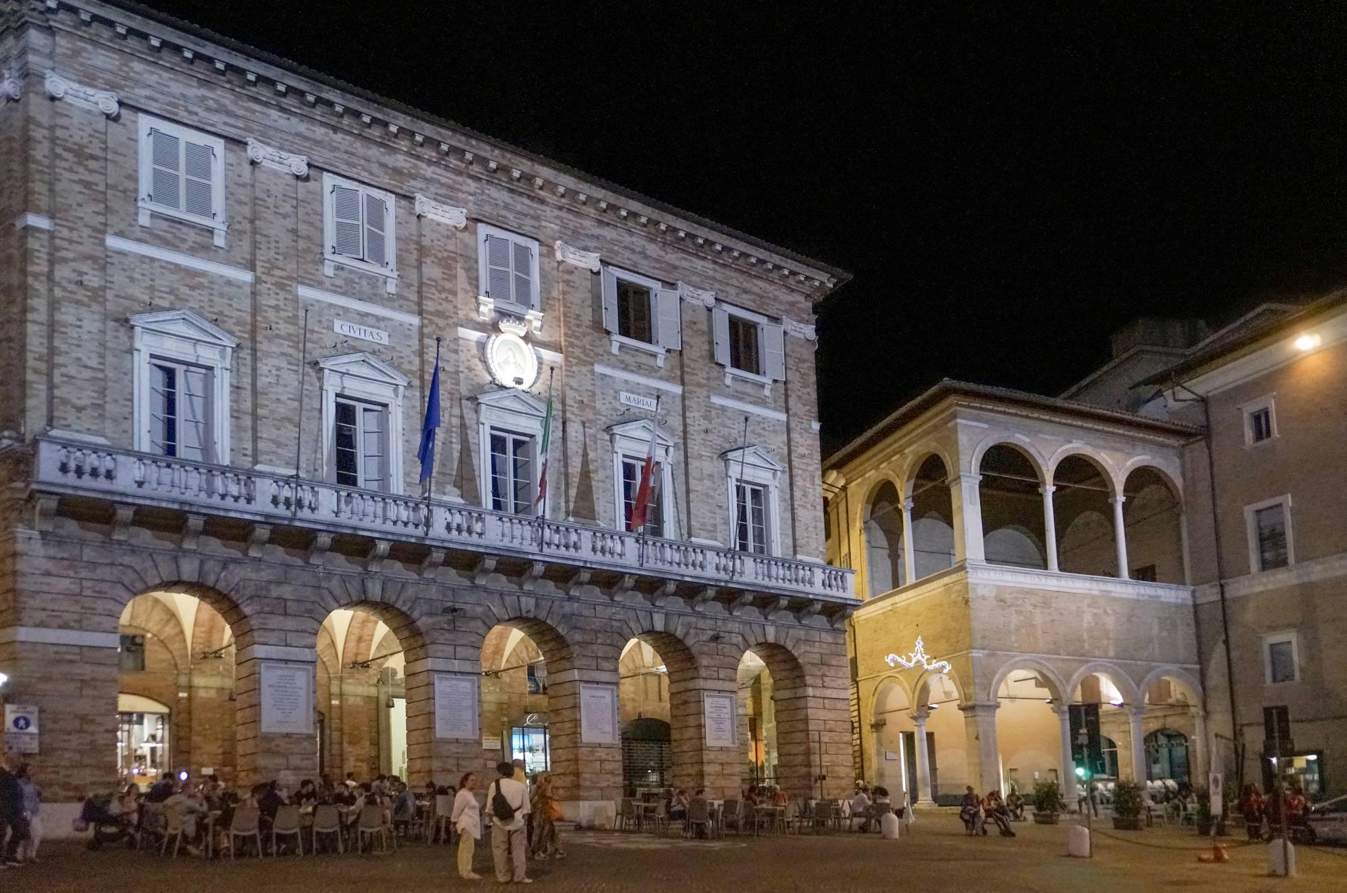 A Loggia dei Mercanti, construída por volta de 1505, foi utilizada para alojar comerciantes de passagem por Macerata.