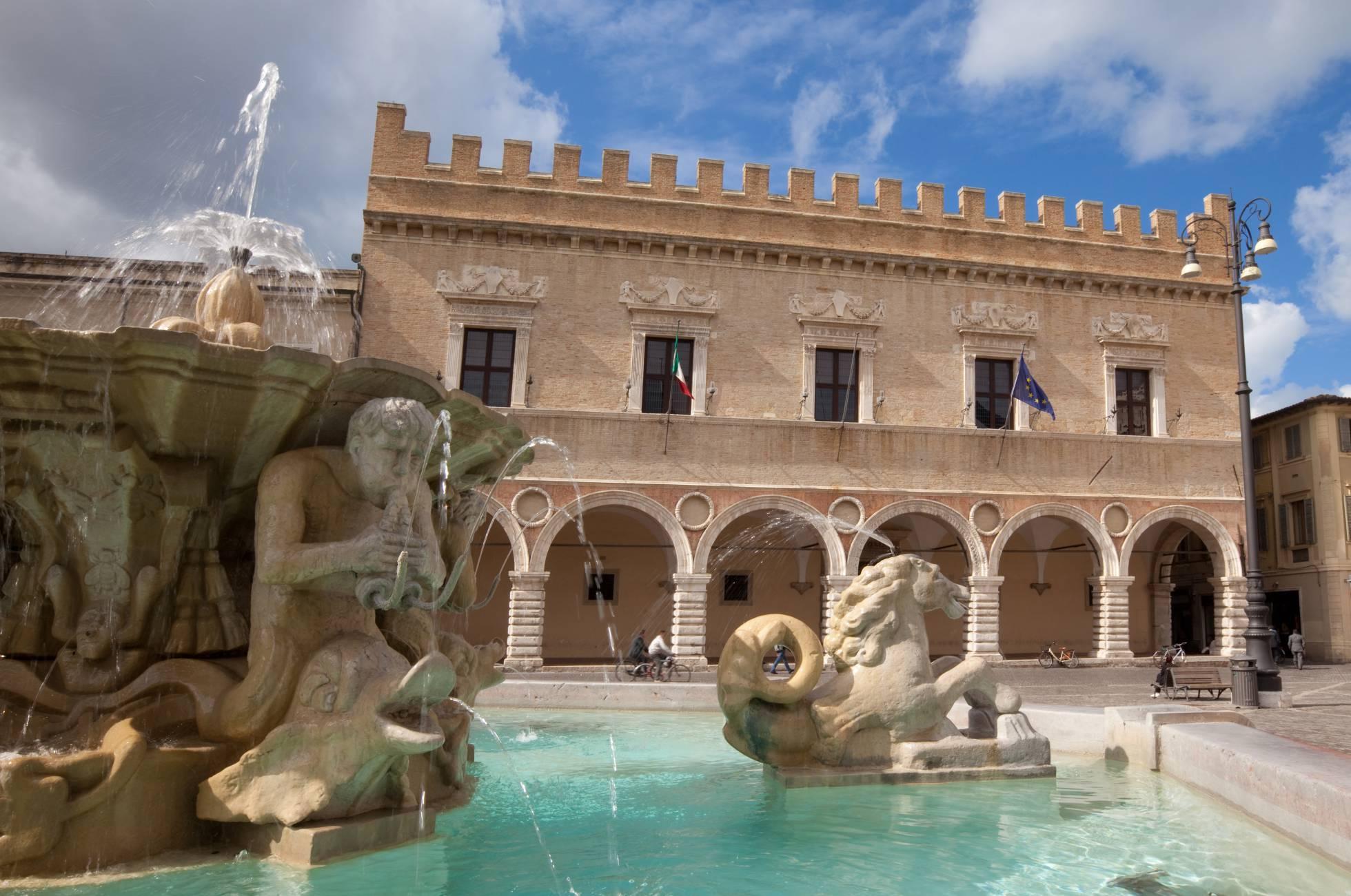 Fonte na Piazza del Popolo em Pesaro, capital da província de Urbino.anzelettiGetty