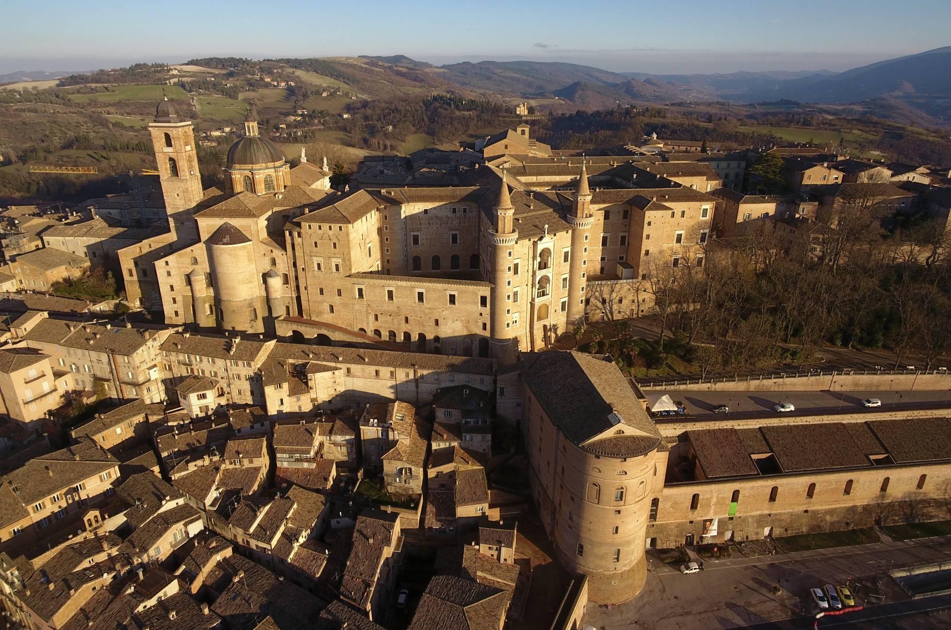 A cidade de Urbino encontrou no Duque Federico de Montefeltro um incansável patrono da arquitectura e da pintura.