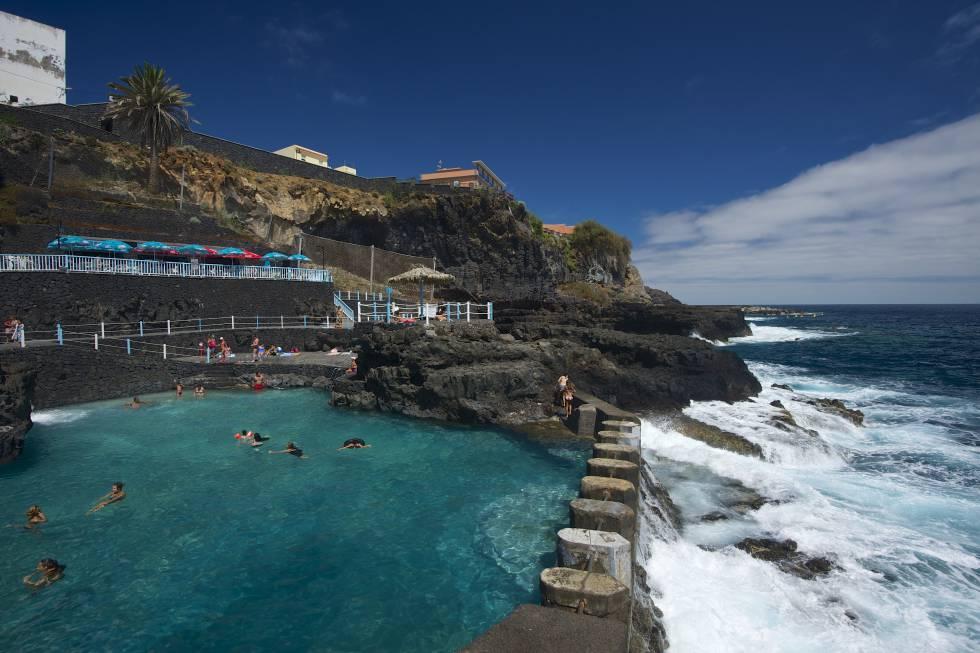 Las piscinas naturales de Charco Azul, entre San Andrés y Puerto Espíndola, con buenos servicios y acceso gratuito, invitan a un confortable chapuzón frente al océano.