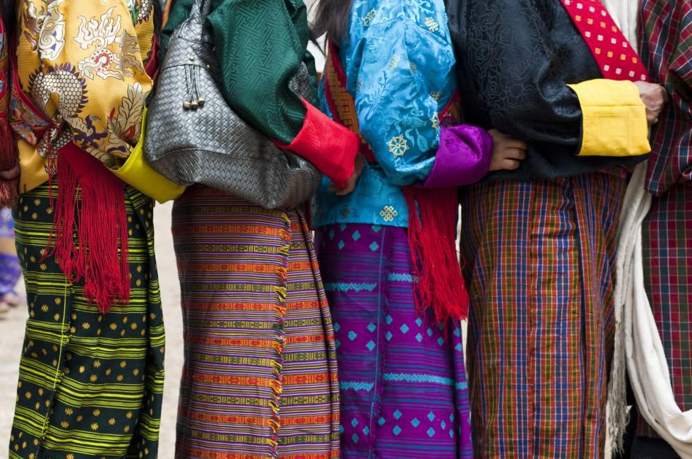 Detalle de la 'Kira', el traje tradicional de la mujer butanesa.