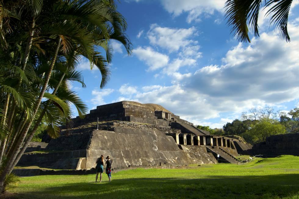 Una de las estructuras piramidales mayas del sitio arqueológico de Tazumal, en El Salvador.