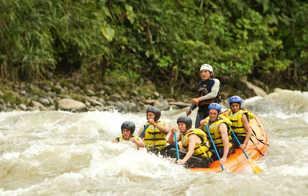 Un grupo de turistas liderados por un guía local bajan en balsa unos rápidos cerca de Tena.
