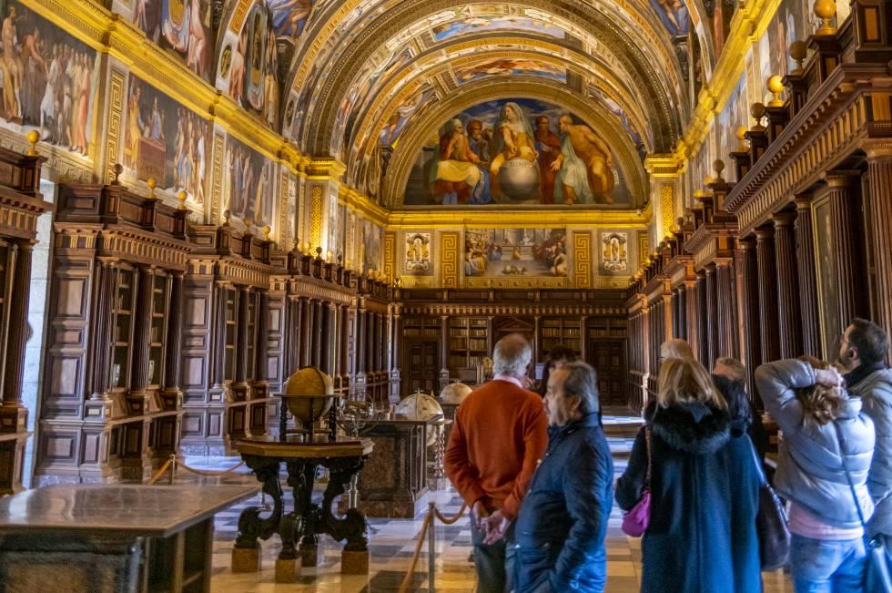 El salón principal, también llamado salón de los frescos, de la biblioteca del Real Monasterio de El Escorial (Madrid).