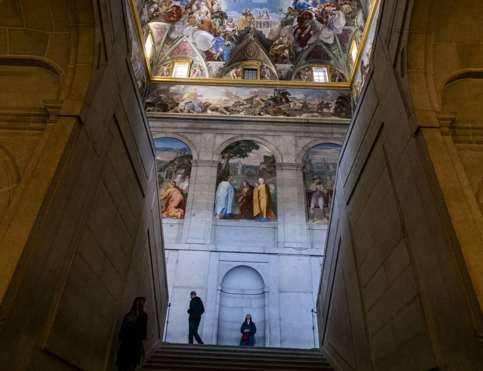 Frescos de Luca Giordano en la escalera del claustro principal de El Escorial.