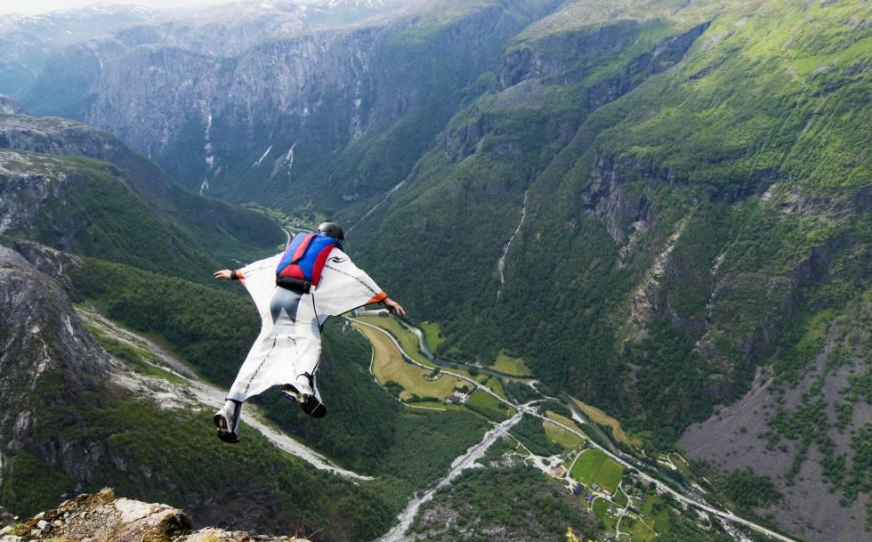 Salto BASE con traje 'wingsuit' desde un acantilado de Gudvangen, cerca de Voss (Noruega).