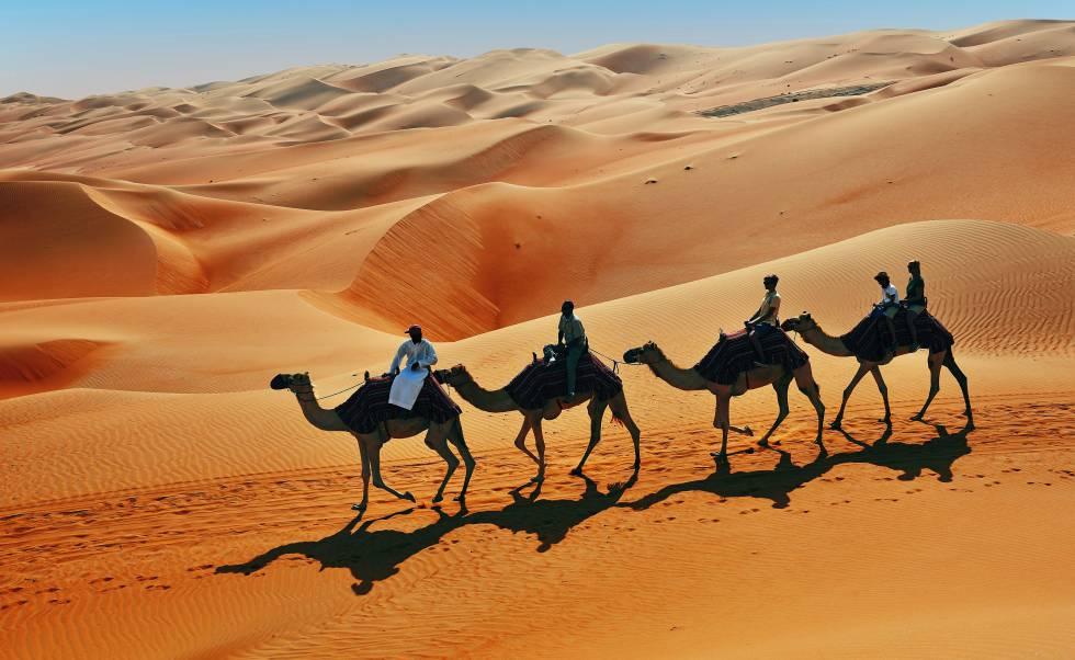 Ruta en camello en el desierto de Rub Al Khali (Emiratos Árabes).