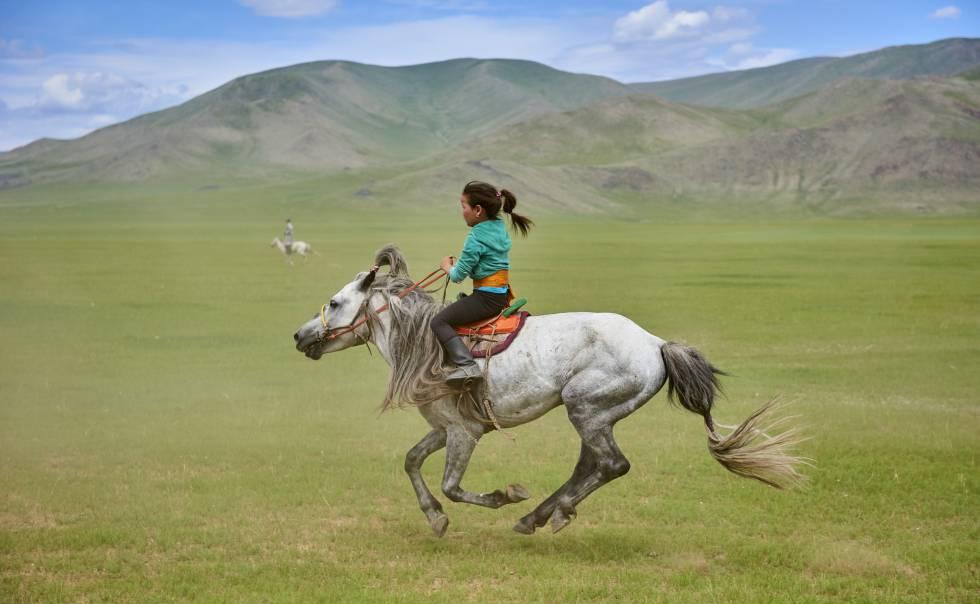 Participante en el festival tradicional Naadam, en Bayankhongor (Mongolia).