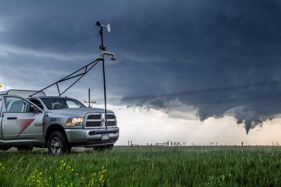 Un cazador de tormentas aparcado con su furgoneta observa la evolución de un tornado cerca de Dodge City, en Kansas (EE UU).