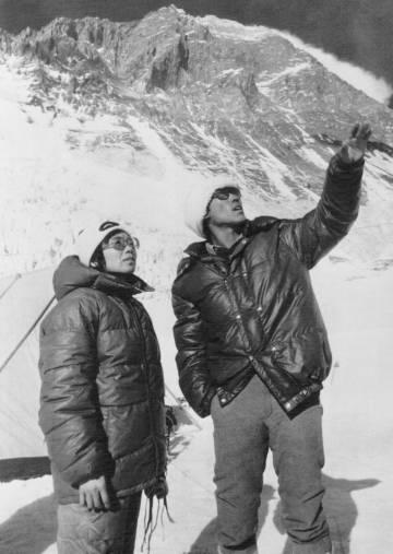 Junko Tabei, junto a un 'sherpa', durante su escalada al Everest.