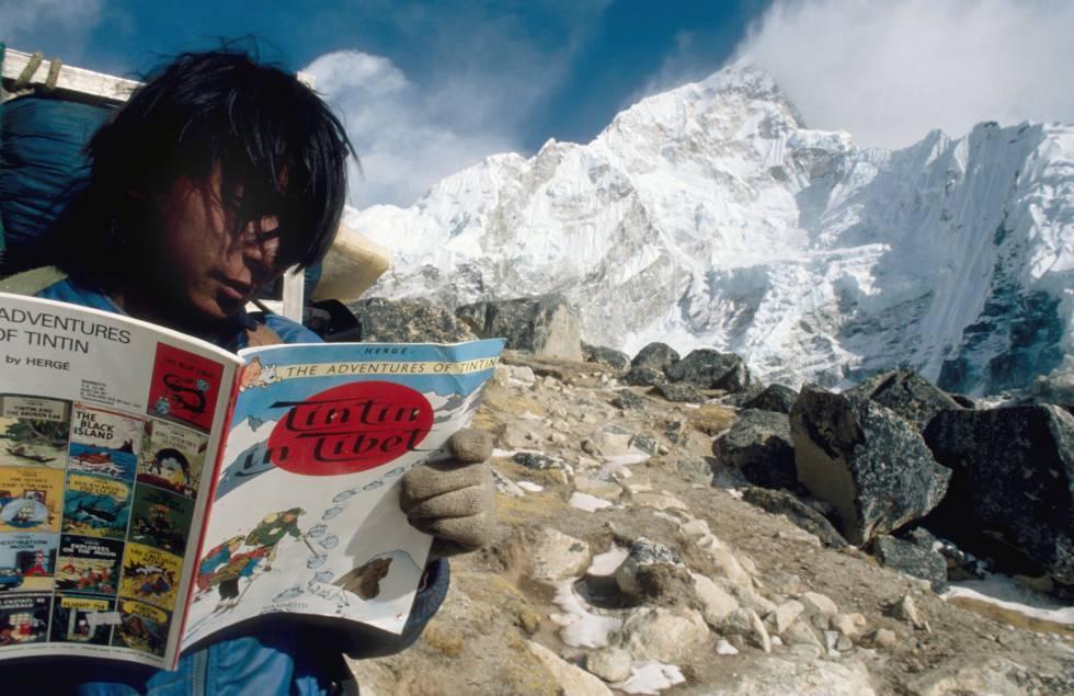 Un sherpa lee 'Tintín en el Tíbet' en el campo base del Everest.