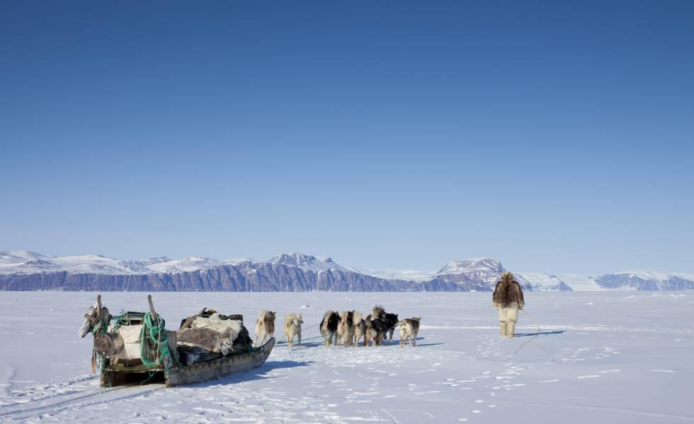 Un inuit en Qaanaat (Groenlandia), uno de los lugares asociados a la legendaria isla de Thule.