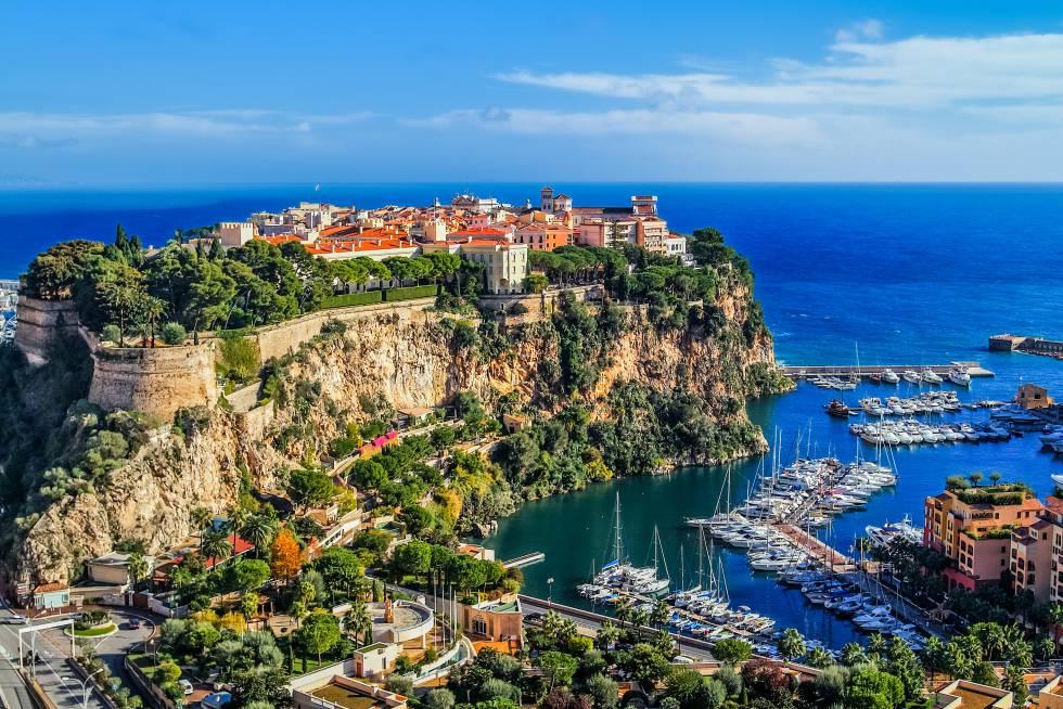 El casco histórico amurallado de Mónaco asomado sobre el Mediterráneo.