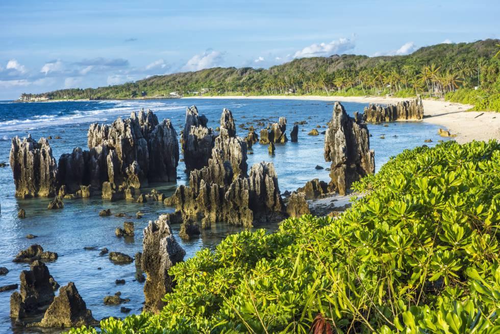 Formaciones rocosas en una playa de Nauru.