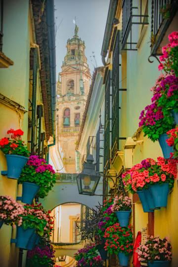 La Calleja de las Flores y, al fondo, la Mezquita de Córdoba.