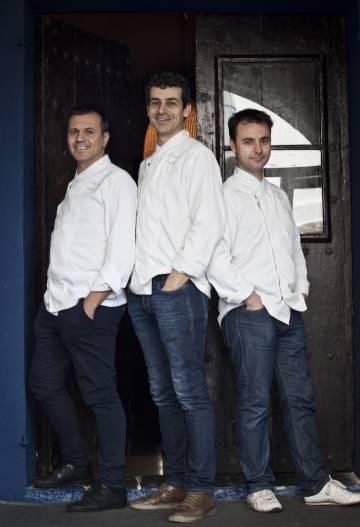 Oriol Castro (izquierda), Mateu Casañas y Eduard Xatruch, chefs del restaurante Disfrutar, en Barcelona.