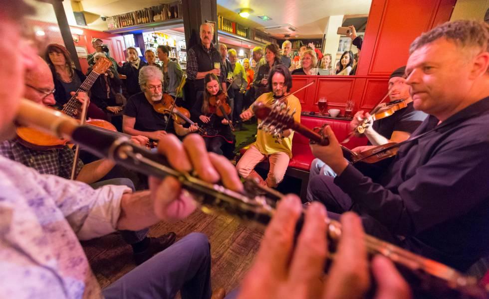 Música en directo en el Crotty's Pub, en la ciudad irlandesa de Kilrush.