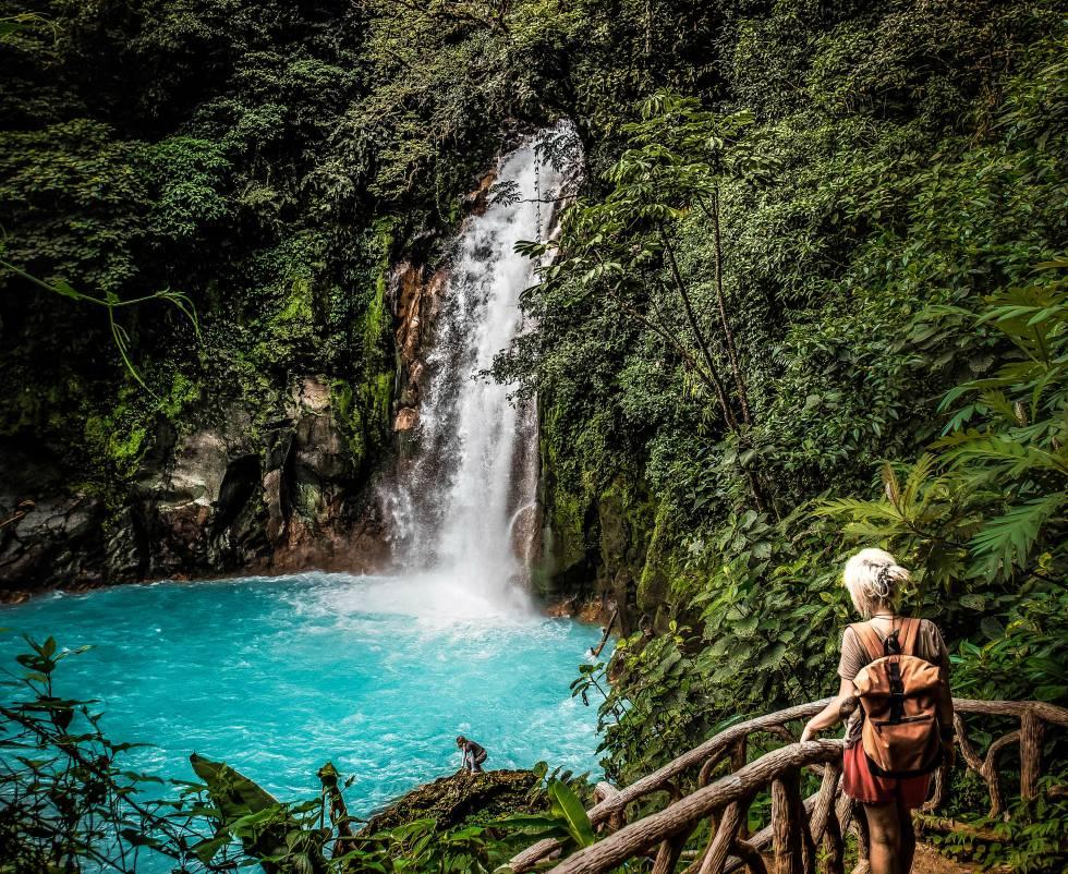 Cascada del río Celeste en el parque nacional Volcán Tenorio, en Costa Rica.