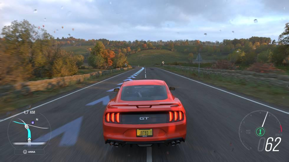 Captura de juego de 'Forza Horizon 4', en una carretera de la campiña inglesa.