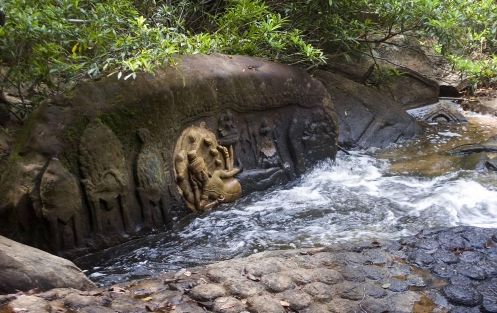 Inscripciones en roca en el curso del río Stung Kbal Spean.