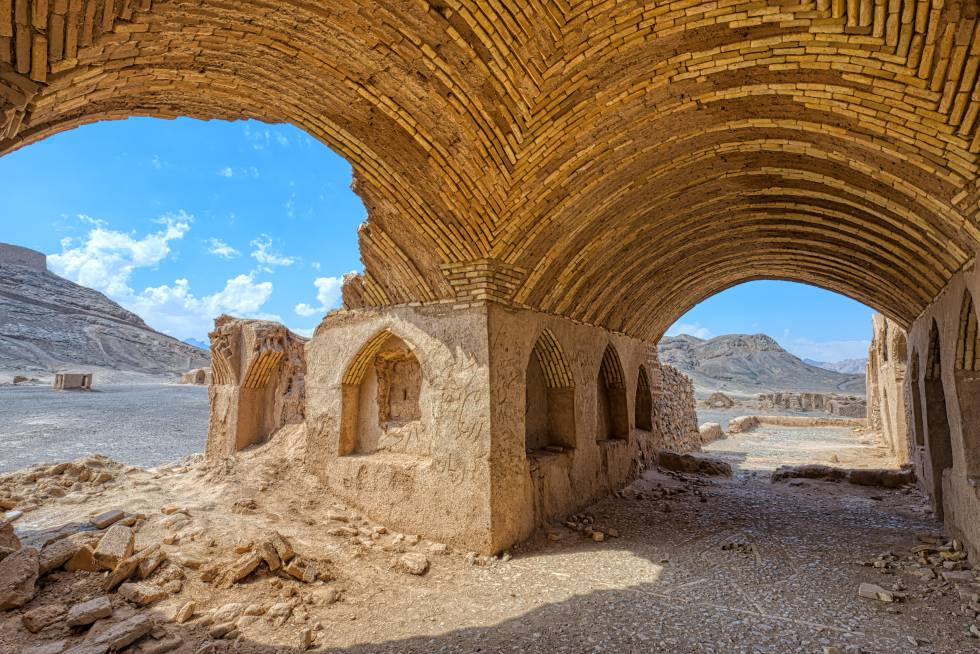 Ruinas de edificios rituales cerca de la Torre del Silencio, en Yazd (Irán).