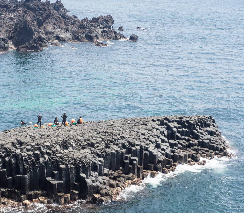 Mujeres submarinistas, denominadas 'Haenyeo', se preparan para una inmersión en la isla de Jeju, en Corea del Sur.
