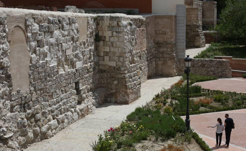 Parte de la muralla árabe en la Cuesta de la Vega, en Madrid.