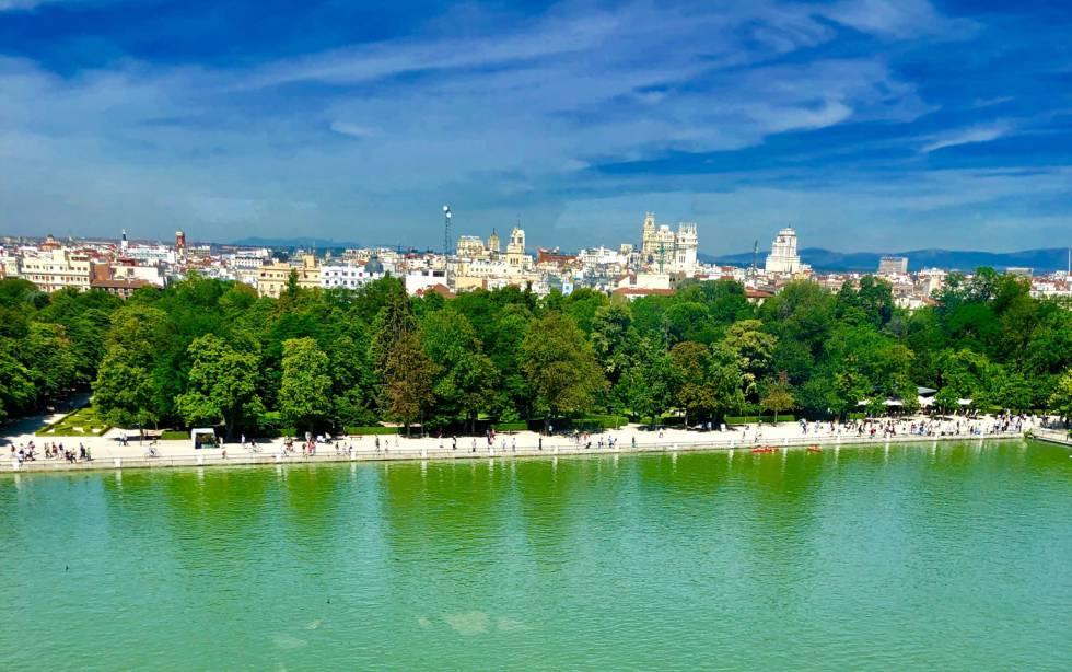 Vistas desde el mirador ubicado en el monumento a Alfonso XII, inaugurado en 1922 junto al lago del Retiro, en Madrid.