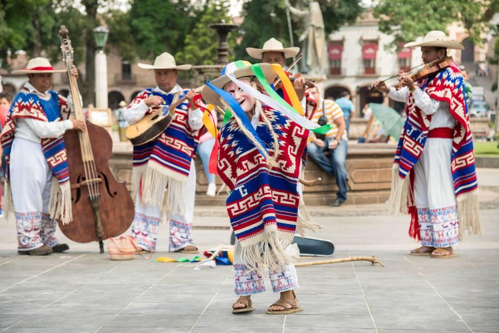 La Danza de los Viejitos, tradicional de Michoacán, en una plaza de Pátzcuaro (México).