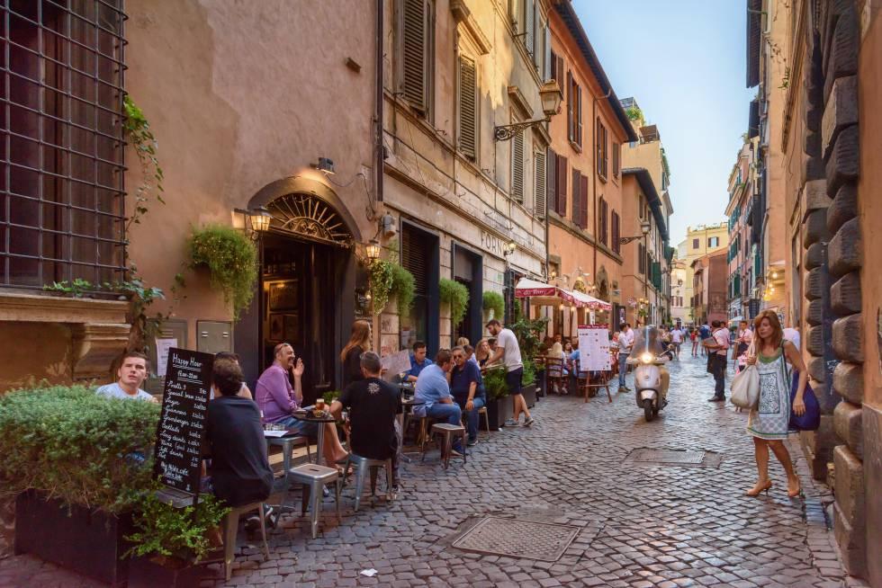 Terrazas en una calle del barrio romano de Trastevere.