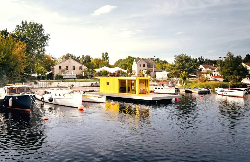 Contiki II, una casa flontante en el lago Kalksee (Alemania).