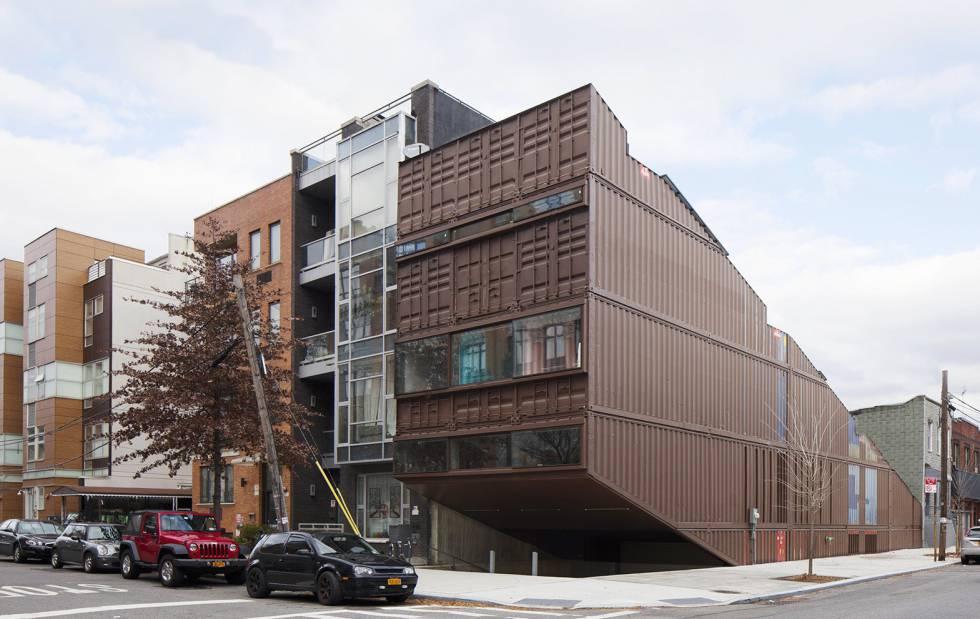 Carroll House, una casa familiar del estudio LOT-EK en el barrio neoyorquino de Brooklyn.