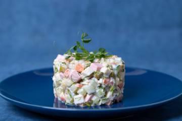 Ensalada Olivier, plato típico de la gastronomía rusa.