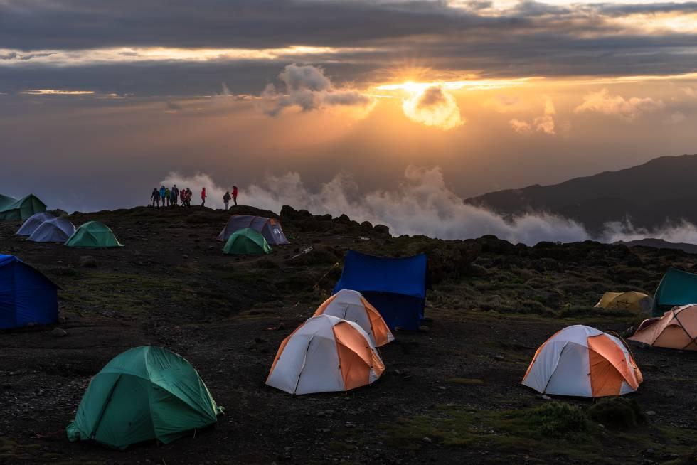 Puesta de sol en un campamento en el camino a la cumbre del Kilimanjaro.