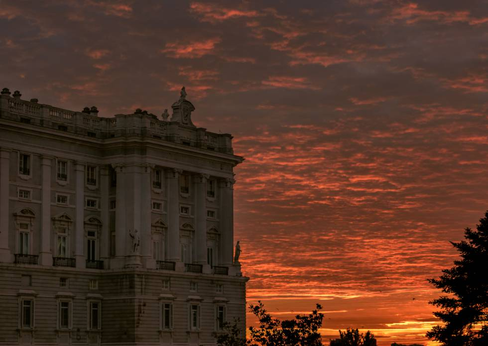 El Palacio Real de Madrid bañado por la luz anaranjada de la tarde.