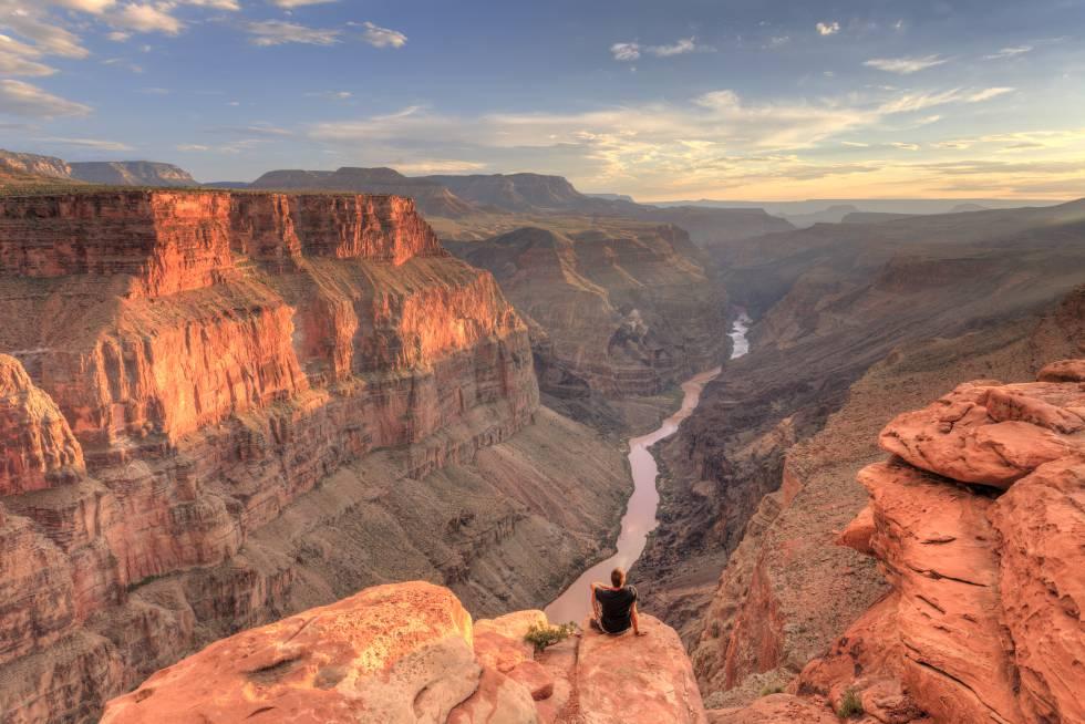 Un hombre contempla la inmensidad del Gran Cañón del Colorado, en Arizona (EE UU).
