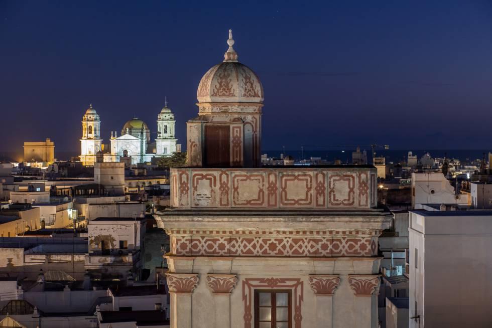 Detalle de la torrre mirador de la Casa de las Cuatro Torres, con la catedral de Cádiz al fondo.